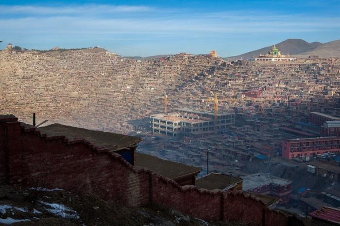 Стена разделяет мужскую и женскую часть Larung Gar