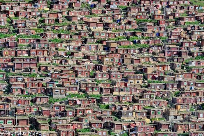 В Larung Gar проживает более 40 тысяч монахов, монахинь и студентов