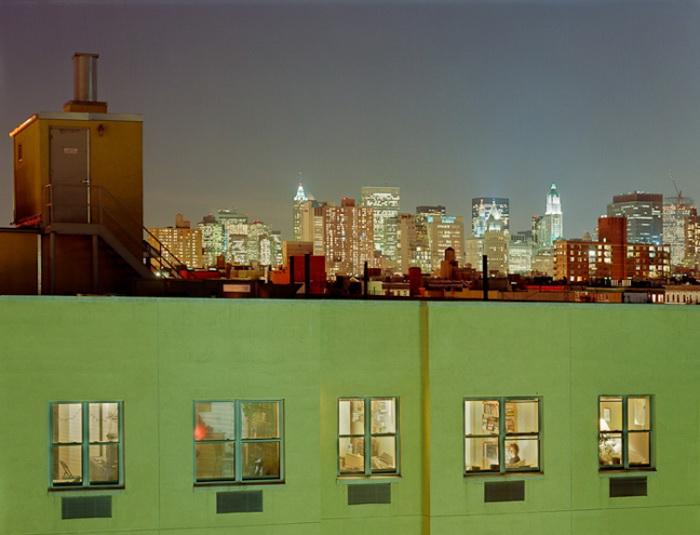 Контраст небоскребов и крохотных комнат