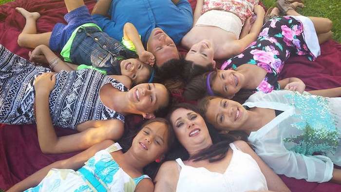 Многодетная семья Руффино: 2 родные дочери и 4 приемные