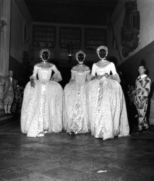 Дамы в масках на венецианском балу 1951 года