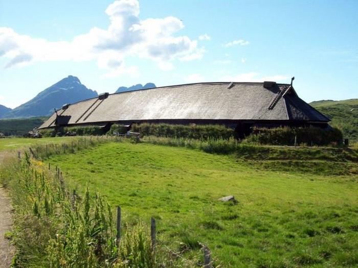 Длина реконструированного дома викингов - 83 м.