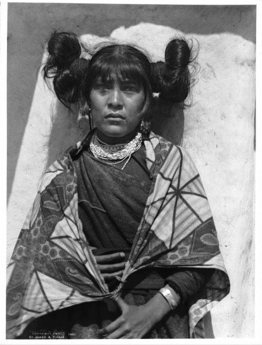 Этнографические фотографии девушек хопи.