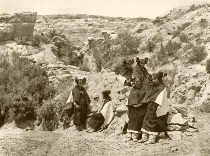 Девушки хопи в резервации.