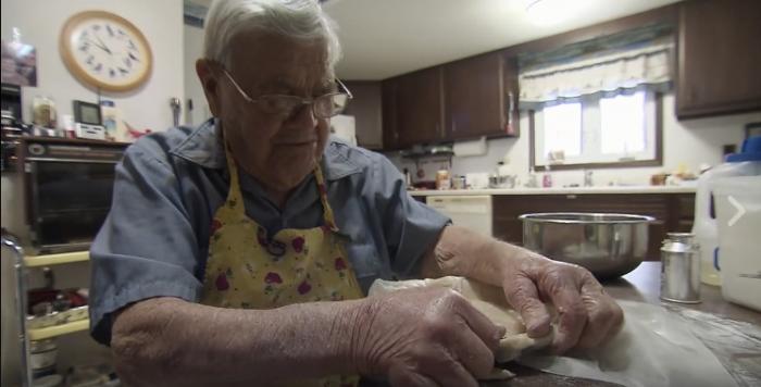 Лео Келлер на кухне.