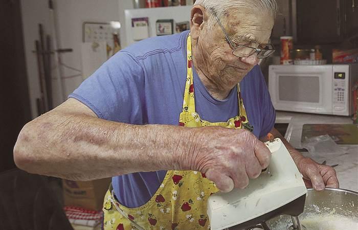 Лео Келлер - мужчина прославился тем, что печет пироги для бедных.