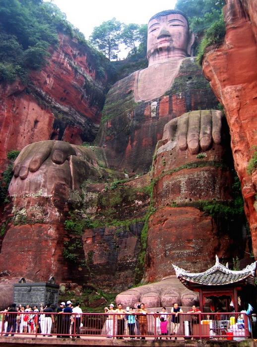 Статуя Большого Будды вырублена в толще скалы