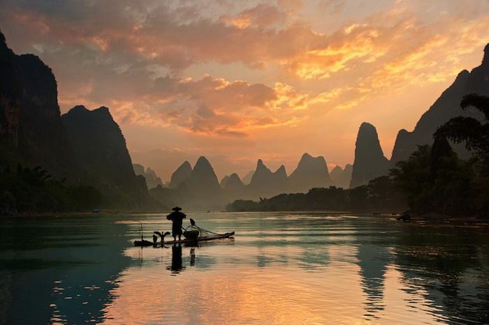 Бакланы на лодке рыбака (река Ли, Китай)