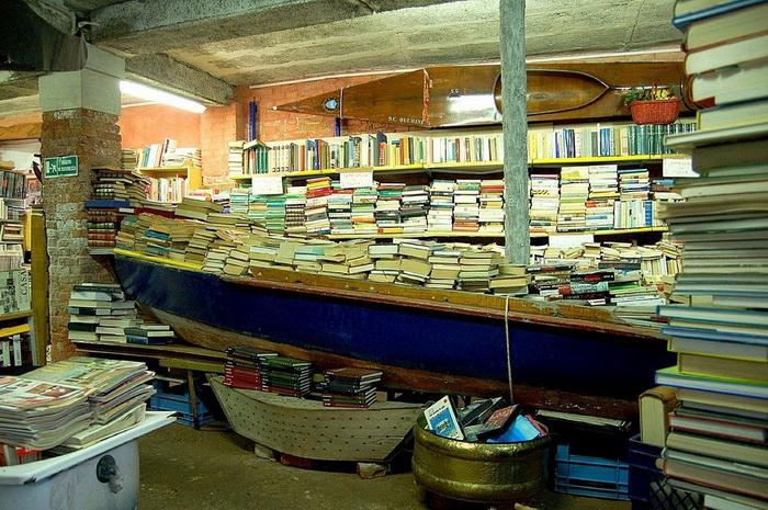Необычная библиотека в Венеции: книги хранятся в гондолах на случай наводнения