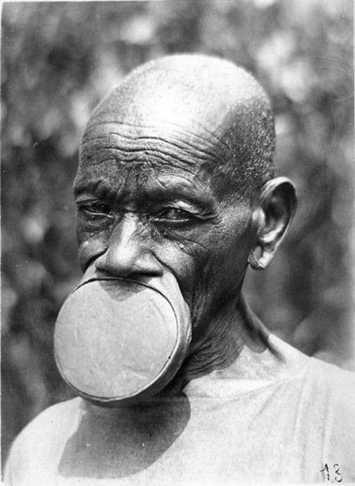 Представительницы африканского племени с тарелками в губах.