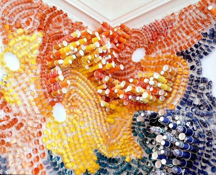 Одноразовые стаканы в красочной инсталляции от Лизы Хоук (Lisa Hoke)