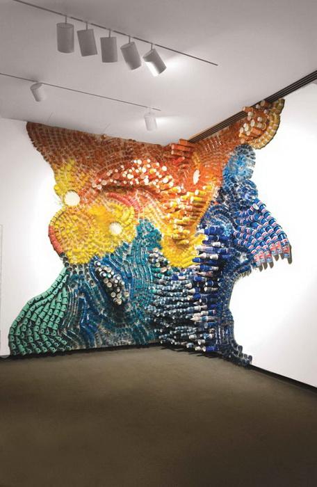 Инсталляция из бытового мусора от Лизы Хоук (Lisa Hoke)
