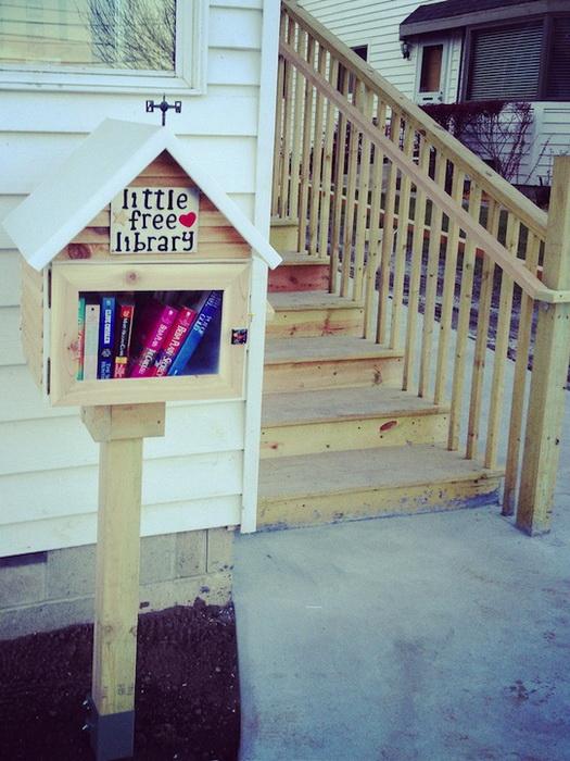 Взять книгу для чтения в мини-библиотеке может любой желающий