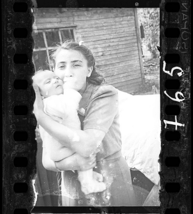 Женщина с ребенком, жена полицейского гетто.