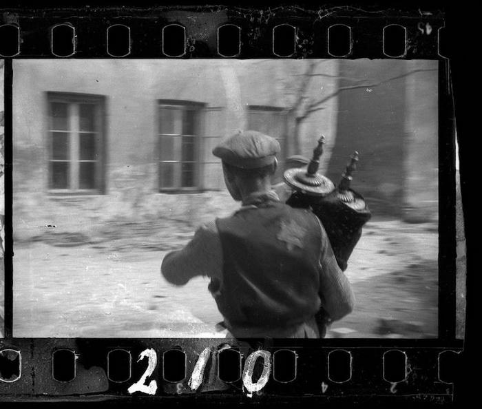 Мужчина спасает Тору из разрушенной синагоги.
