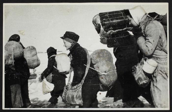 Зимняя депортация. На снимке - женщины и дети.
