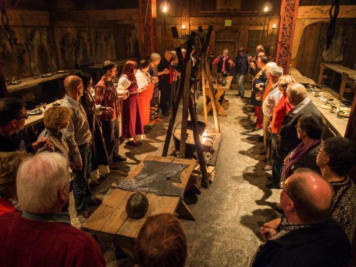 Туристическая группа на экскурсии в музее викингов.