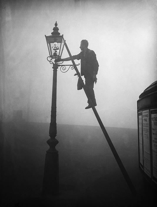 Ламповщик на работе, парк Финсбери, Лондон, 17 октября 1935 года