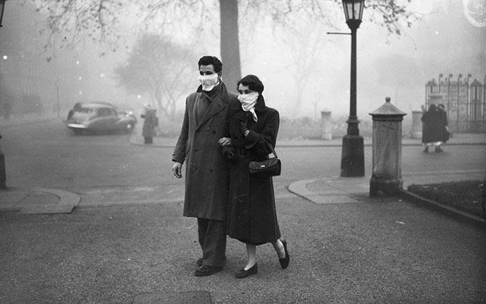 Молодая пара во время Великого смога 1952 года