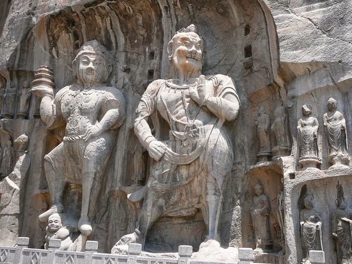 Многочисленные скульптуры в гроте Лунмэнь