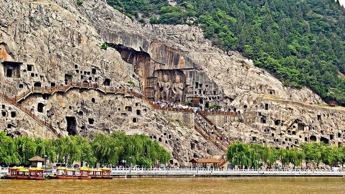 Гроты Лунмэнь вдоль реки Ихэ