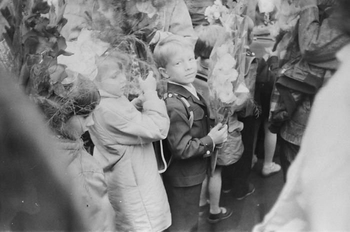 Фотографии с праздничной линейки в 1990 году.