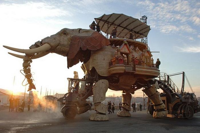 12-метровый слон - главная достопримечательность парка *Les Machines de l'Ile* (Нант, Франция)