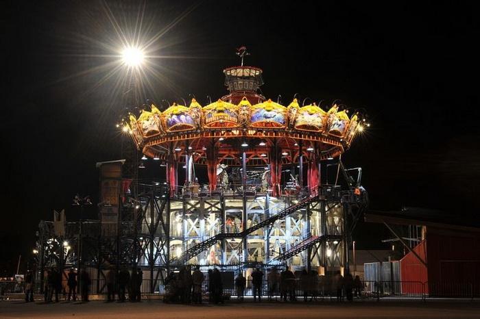 Огромная карусель с морскими чудовищами в парке *Les Machines de l'Ile* (Нант, Франция)