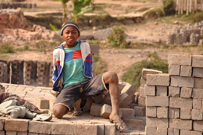 Изготовление кирпичей на Мадагаскаре: даже дети выполняют этот тяжелейший труд