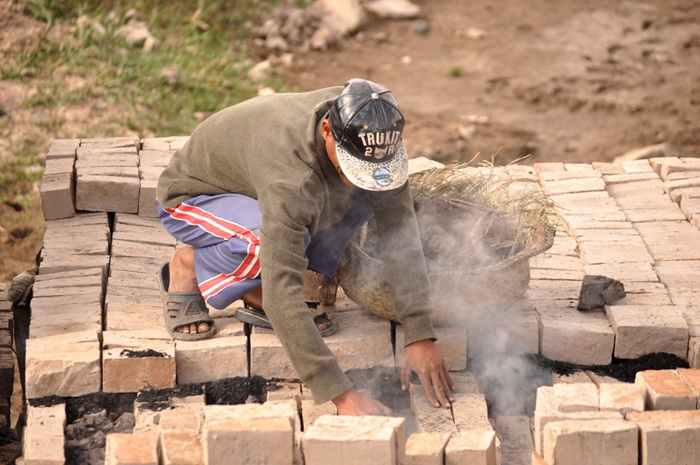 Изготовление кирпичей на Мадагаскаре