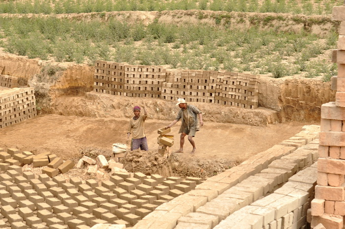 На северном побережье Мадагаскара массово производят кирпич