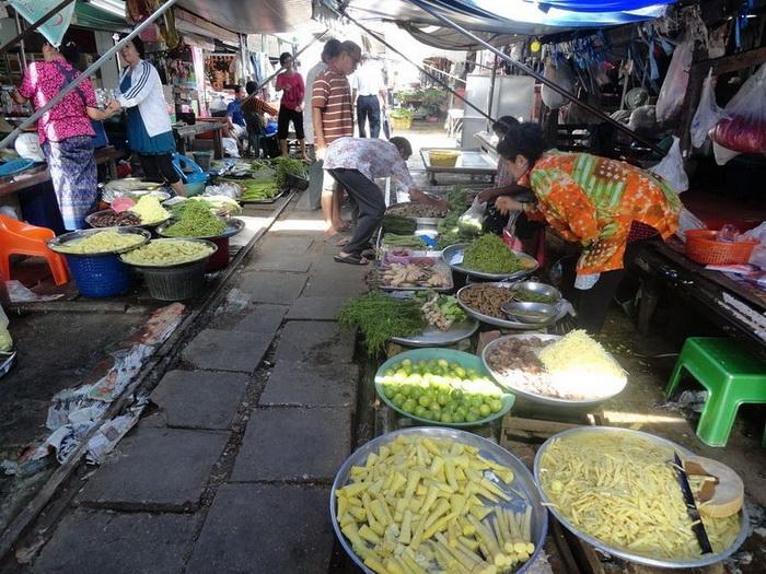 Таиландский рынок Maeklong на железнодорожных рельсах