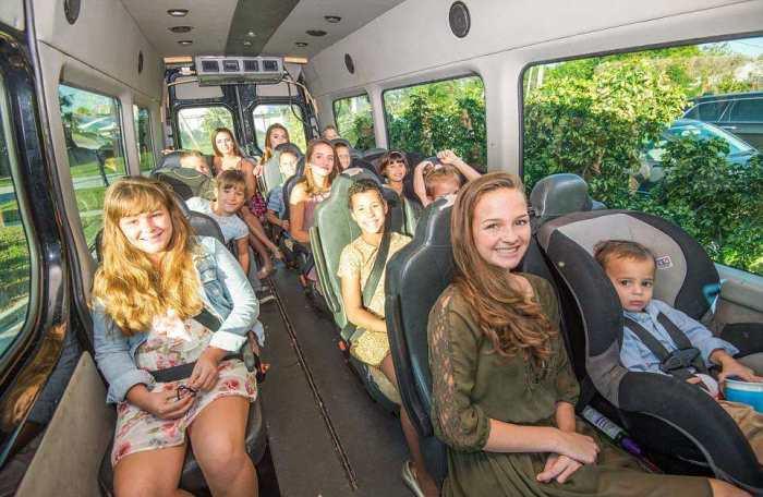 По городу семья передвигается в собственном микроавтобусе.