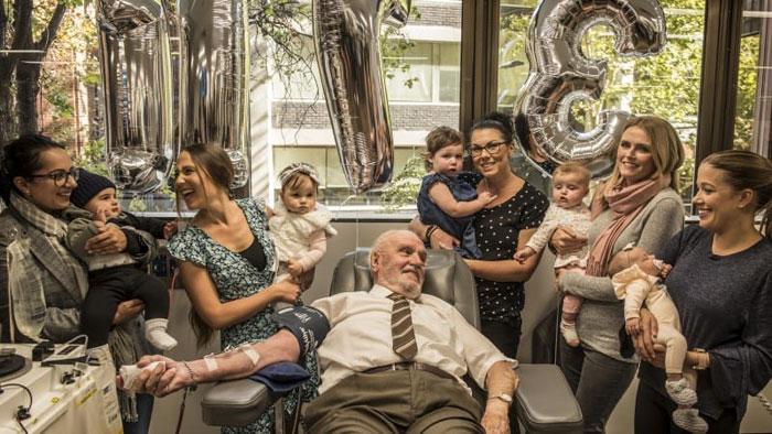 Поддержать Джеймса Харрисона пришли мамы со спасенными детьми.