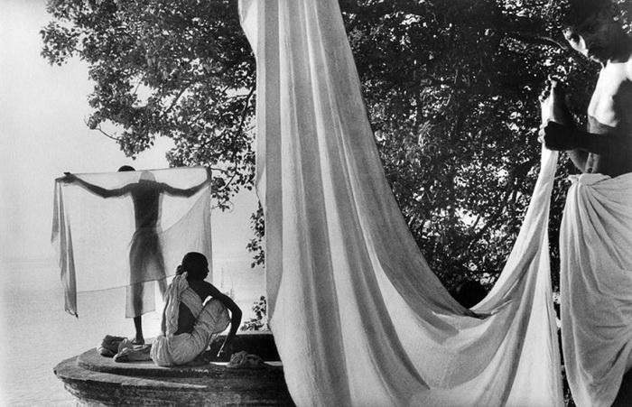 Индия, 1956 год. После купания в Ганге индусы сушат одежду на солнце