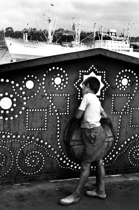Стамбул, 1955. Мальчик мечтает о далеких плаваниях и наблюдает за кораблями