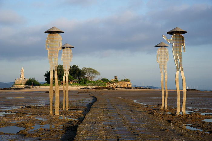 Загадочные скульптуры мужчин на морском побережье (Тайвань)