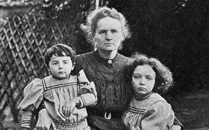 Мария Кюри с дочерьми. Фото: irishnews.com