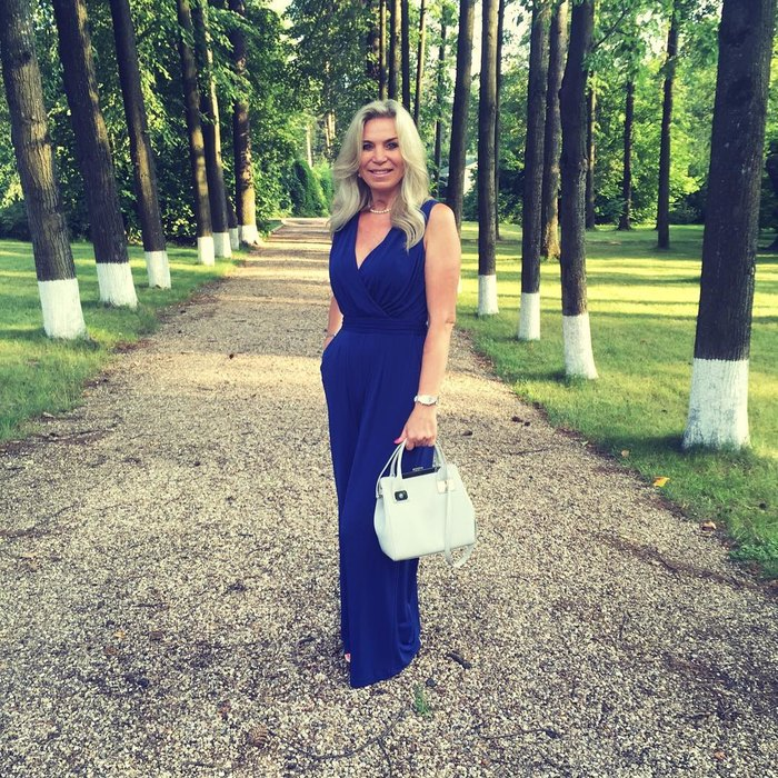 Марина Юдашкина выглядит намного моложе своих лет. Фото: cosmo.ru