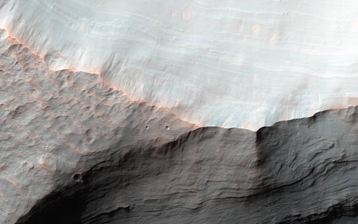 Аллювиальные выносы на кратере Saheki