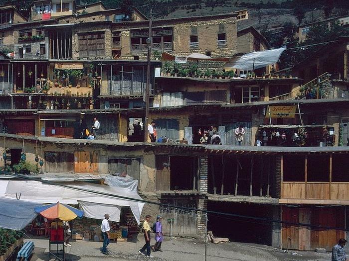 Крыши нижних домов служат тротуаром для верхнего яруса