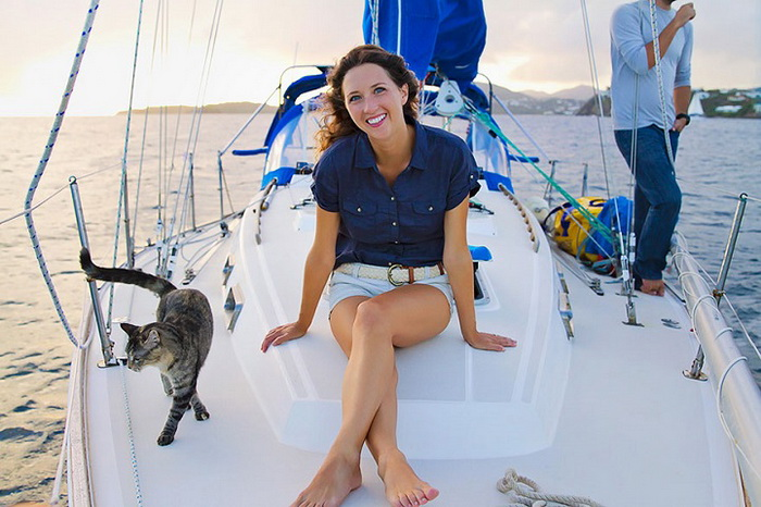 Джессика Джонсон и ее любимый кот на палубе