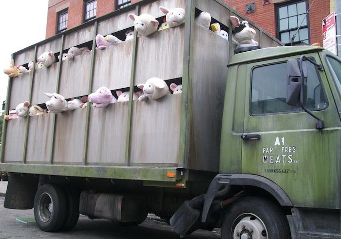 Грузовик, который едет на бойню: инсталляция от Banksy