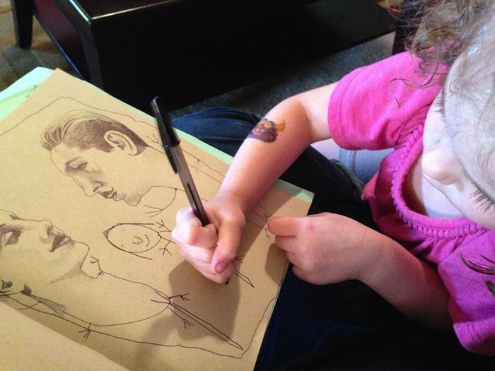 Кроха-художница отлично дополняет мамины рисунки