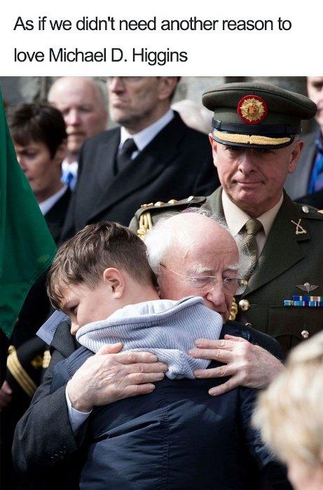 На торжественном прощании с отцом парня - пилотом вертолета, который погиб в авиакатастрофе.