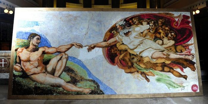 Вариация на тему *Сотворения Адама* Микеланджело