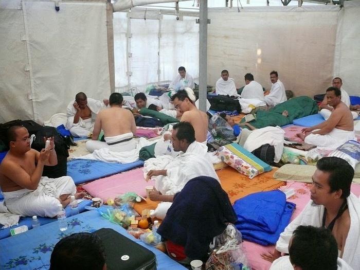 Паломники живут в специально обустроенных палатках