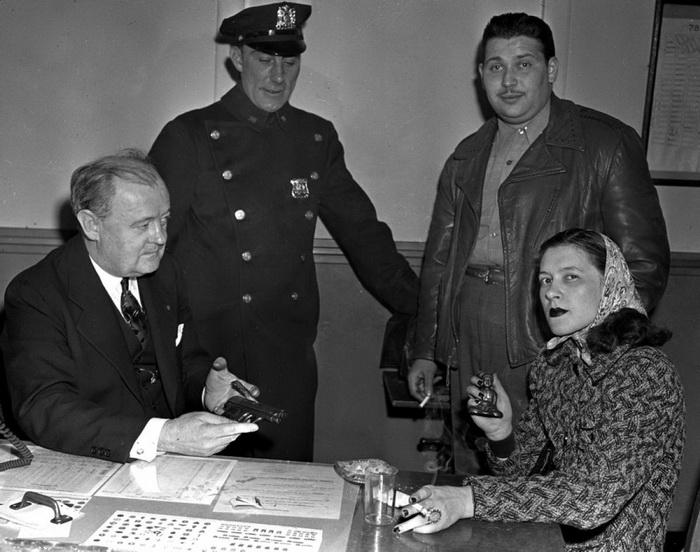 Смитти Вайт под арестом после того, как ее бойфренд Ральф Приско был застрелен полицейскими во время неудачного ограбления, 1942 год