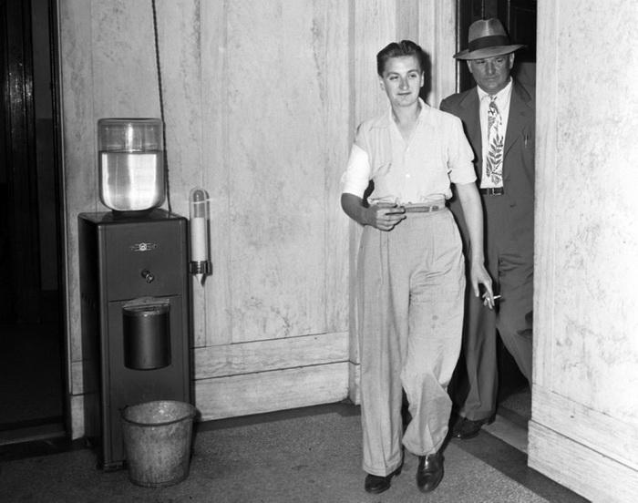 Мери Дьюк в полицейском участке с перебинтованной рукой. Она была ранена на гангстерской дуэли, 1943 год