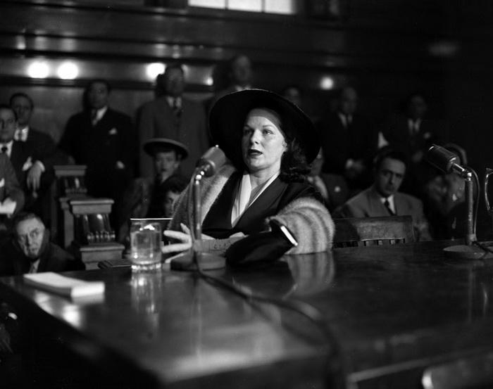 Вирджиния Хилл, самая уважаемая mob moll. Ее возлюбленный Багси Сигел был застрелен в собственном доме, на фото Вирджиния запечатлена в зале суда, она получила обвинение как соучастница организованной группировки, 1951 год